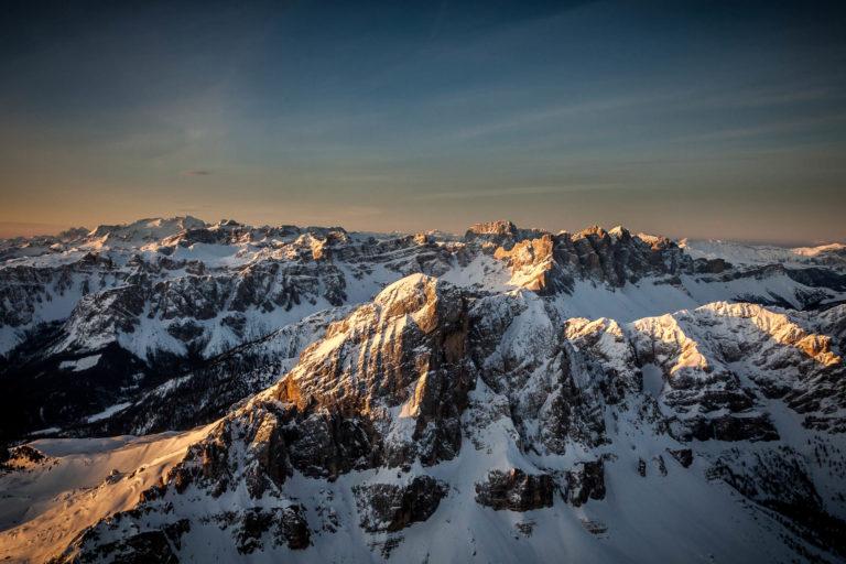 Dolomiti Val Gardena Alto Adige vette alba paesaggio neve inverno vista aerea