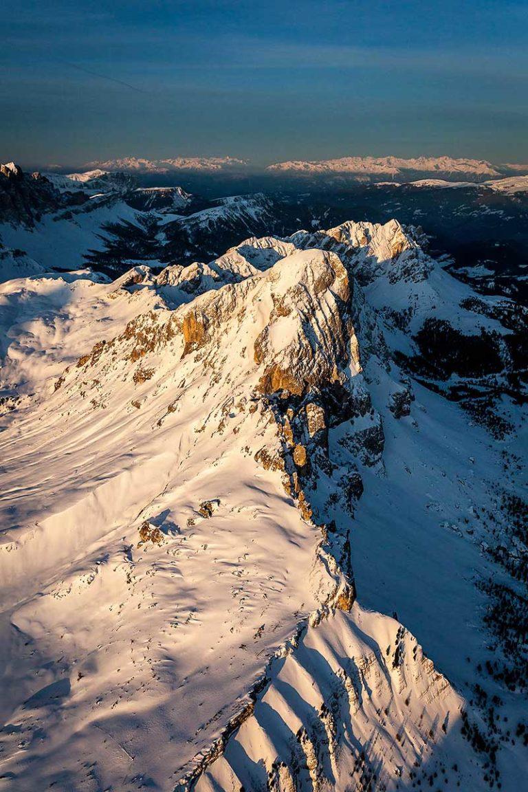 Dolomiti Val Gardena Alto Adige vette montagne alba paesaggio inverno neve vista aerea
