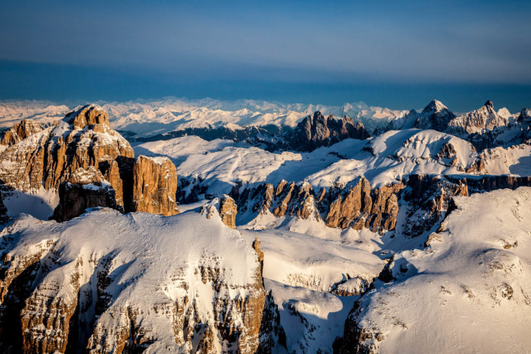 Dolomiti alba montagne vette Val Gardena Alto Adige paesaggio invernale neve