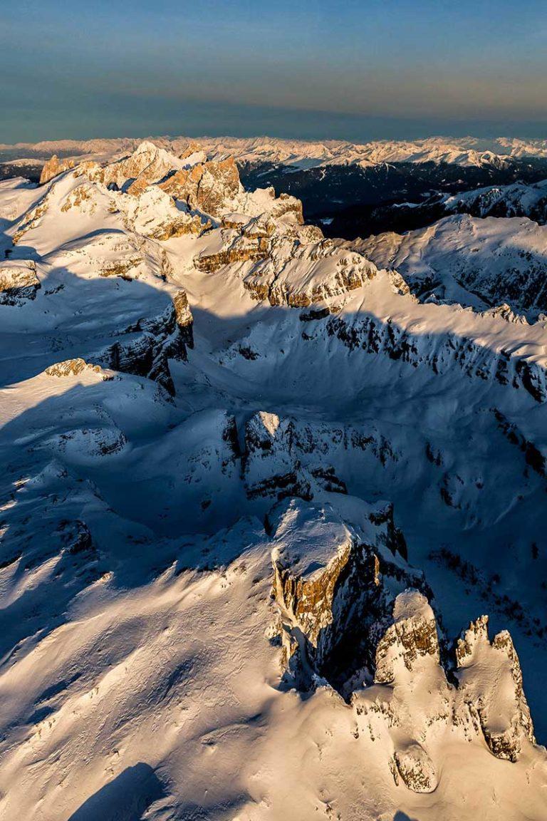 Dolomiti montagne Val Gardena Alto Adige vette alba paesaggio inverno neve vista aerea