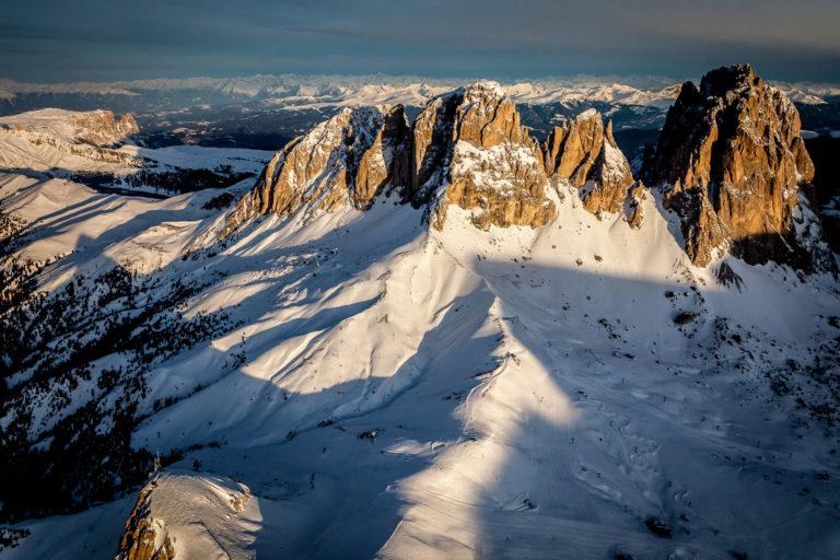 Seceda Dolomiti Val Gardena Alto Adige Sciliar alba montagne paesaggio invernale neve vista aerea