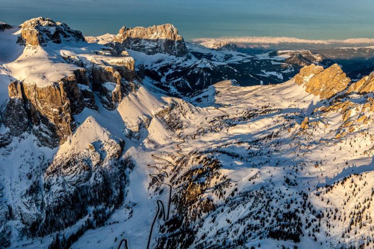Dolomiti Passo Gardena Alto Adige montagne alba paesaggio invernale paesaggio neve vista aerea
