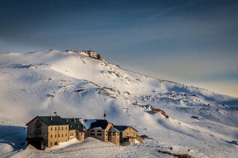 Rifugio Bolzano Dolomiti Alpe di Siusi montagne Alto Adige alba inverno neve vista aerea