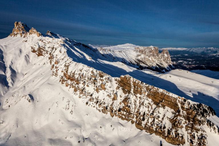 Dolomiti Alpe di Siusi Tires Sciliar Val Gardena montagne Alto Adige inverno neve vista aerea
