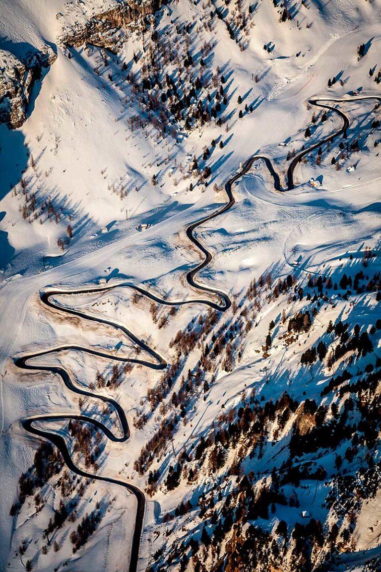 Passo Gardena alto Adige Dolomiti passo montagne strada alba neve invernale vista aerea