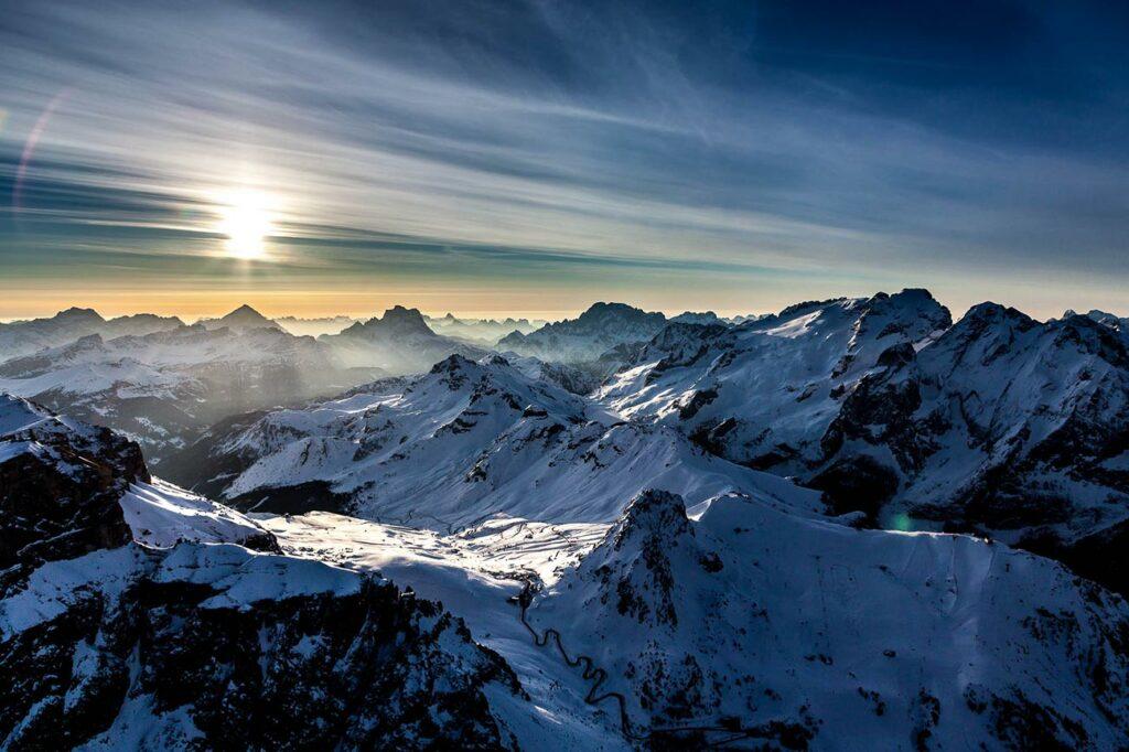 Grödnerjoch Dolomiten Passstraße Südtirol Sonnenaufgang Berge Winterlandschaft Schnee Luftaufnahme