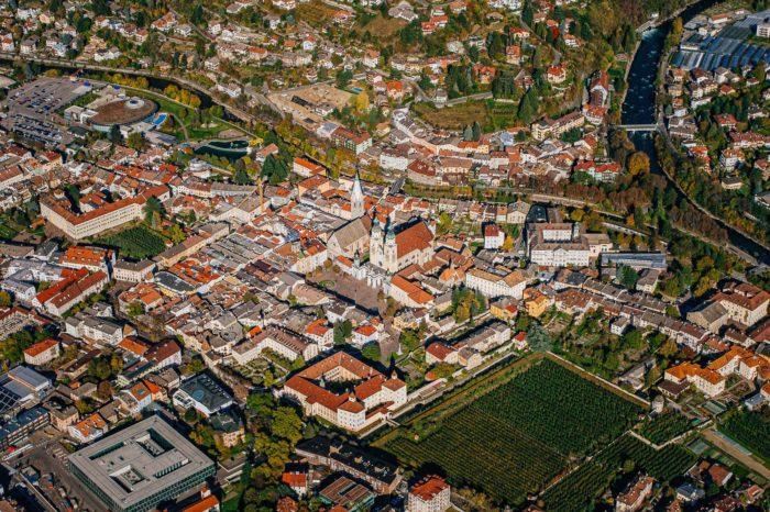 Brixen Eisaktal Südtirol Altstadt historisches Zentrum Dom Kirche Luftaufnahme Rienz