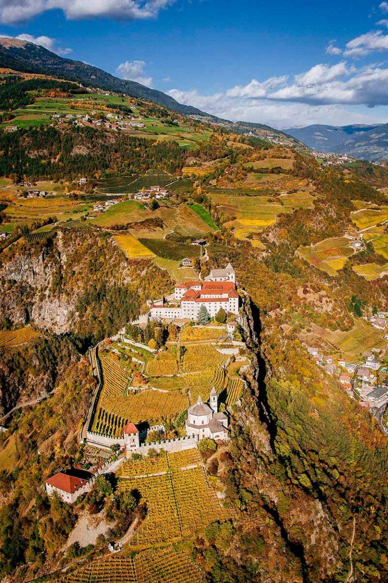 Kloster Säben Klausen Eisaktal Südtirol Herbst Weinberge Luftaufnahme historisches Bauwerk