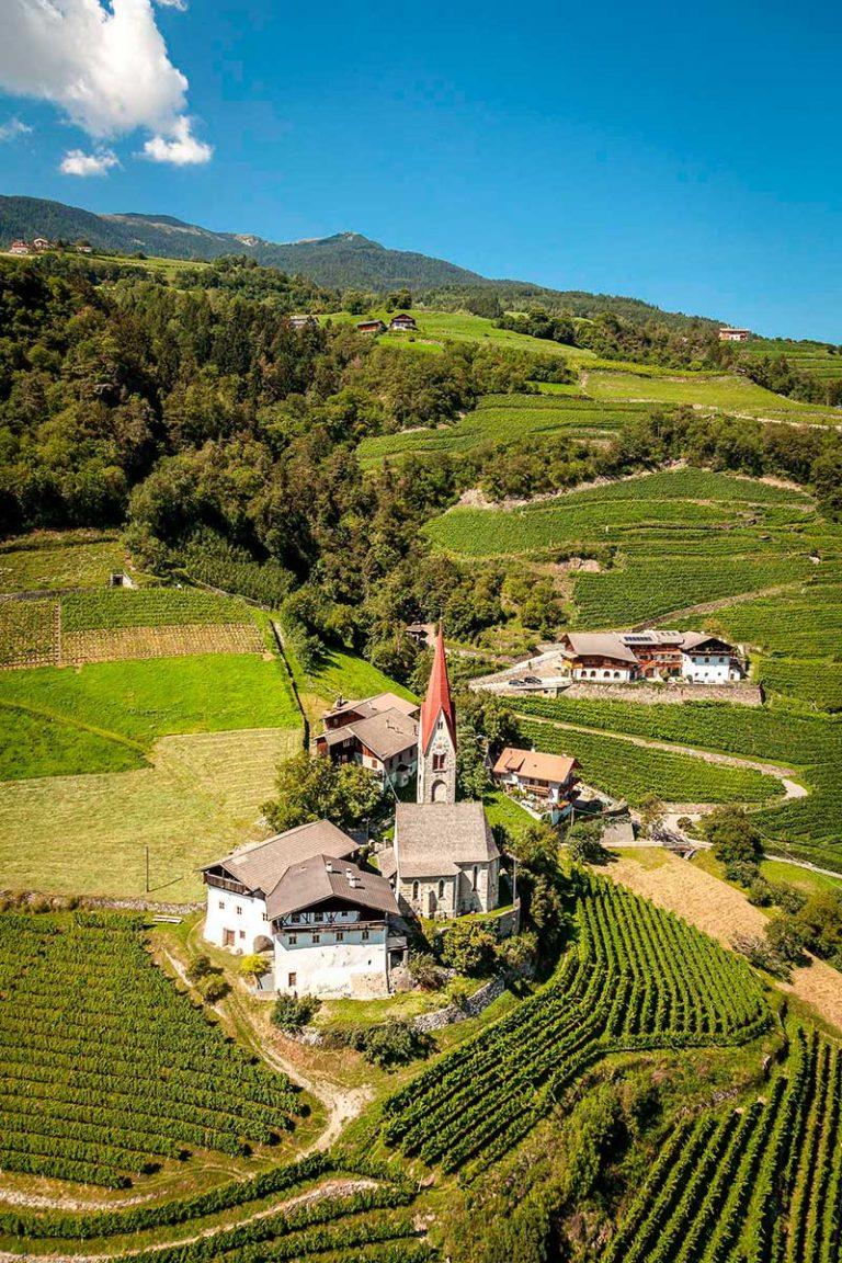 Schrambach Eisaktal Südtirol Landschaft historische Kirche Bauernhof church farm Brixen Bressanone Feldthurns Weinberg