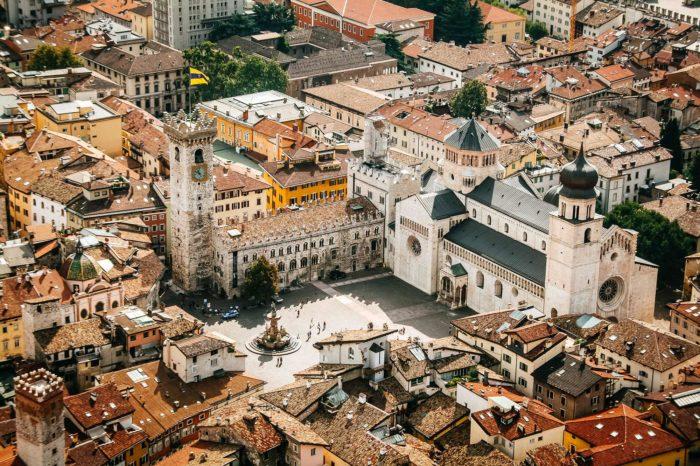 Trient historisches Zentrum Dom Kathedrale San Vigilio Trentino Altstadt Luftaufnahme